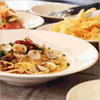 イタリアの「サタルニア ナポリ」は、レストランやホテルなどでも使われる業務用のライン。シンプルで無駄のないデザインは、気取らず、洗練された食卓シーンにぴったり。パスタボウルは広めのリムが余白となって、料理の彩りを際立たせてくれます。