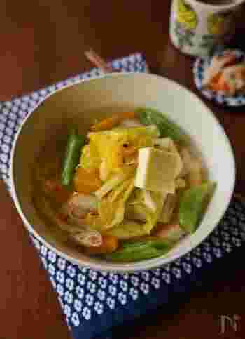 野菜がたっぷりとれる!あっさり味の塩バターにゅうめんです。お好きな野菜を鶏ガラスープであっさりと炒め煮して、茹でたそうめんにかけるだけで簡単に作れます。仕上げにバターを加えることで、さらにコクが出でおいしさアップ♪冷蔵庫の残っている野菜も片付けられますよ。