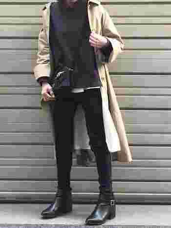 ステンカラーコートを主役にしたキレイめカジュアルには、ベルトをアクセントにした上品なショートブーツがおすすめです。スキニーの裾をブーツインすると、ボトムスとシューズに一体感が生まれてスラリとした印象に。スキニー×ショートブーツの組合せは、足元をすっきりと綺麗に見せてくれます。