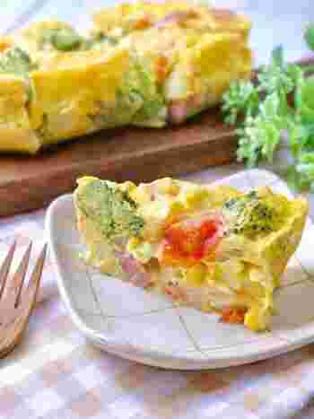 忙しい人にぴったりなレンジで作るスパニッシュオムレツ。耐熱容器に入れレンジで加熱すれば、ケーキのようなオムレツが完成!冷凍ブロッコリーやミニトマトなどのお野菜が入って、断面もカラフルなので、栄養面だけでなくインスタ映えもバッチリ。ひっくり返す手間も省ける簡単レシピです。
