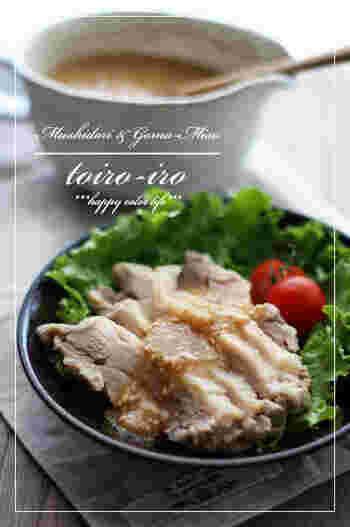蒸し鶏は、レンジで簡単に作るレシピも多いのですが、蒸し器で蒸し上げると、ふっくらしっとり感が違います。作業は簡単で、蒸し時間が少しだけ多めにかかるだけですから、少し余裕のある日にぜひ試してみませんか?