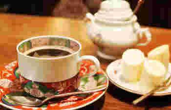 美しいカップで運ばれてくるのは、じっくり時間をかけて淹れたコーヒーと、バナナの蜂蜜掛けはお店のサービス。優しい甘さが口に広がります。