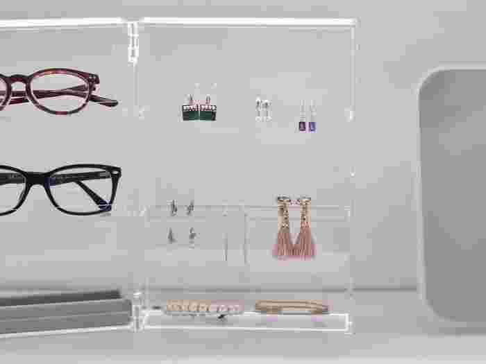 """こちらは、眼鏡とアクセサリーなどのファッション小物の見せる収納。一目で分かりやすく、美しいですね。厳選したアイテムを余裕をもって収納することが、すっきりへの近道!""""「モノを減らす」""""がいかに重要かよく分かりますね。"""