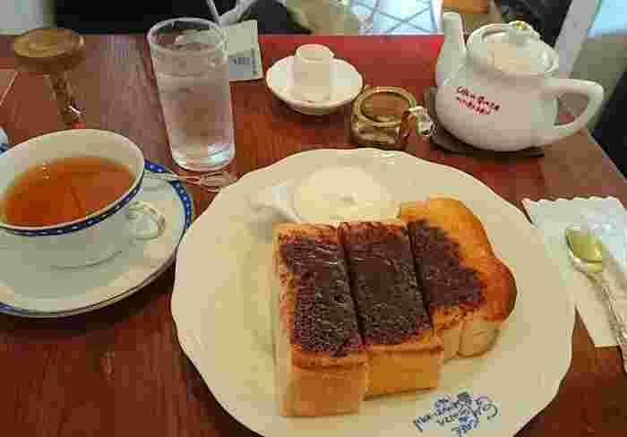 こんがりカリカリ、中はふわふわのトーストにチョコクリームがたっぷり。紅茶と一緒にいただきます。トーストはいろいろ種類がありますよ。