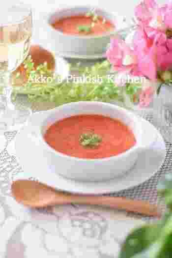 こちらは赤パプリカとの組み合わせの赤い冷製スープレシピ。レンジ調理で10分で作れるので、夏でも作りやすく嬉しいですね。タバスコの辛さがクセになるかも。