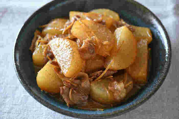 ごはんが進む大根のおかずといえば、やっぱり豚バラ大根は外せませんよね。キリッと生姜をきかせ、豚バラの旨味がしっかりしみた大根は絶品。仕上げの薬味は黒胡椒のほか、一味唐辛子や柚子も合うそうですよ♪