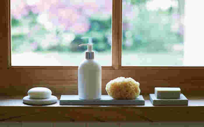 天然成分で作られた石鹸は溶けてしまいやすいので、大切な石鹸は珪藻土のソープディッシュ(石鹸置き)に乗せて保管しませんか?珪藻土は、水分を吸収する働きがあるため、ソープディッシュに付着している水分が乾燥し、清潔な状態を保てます。嫌なヌメリも発生しないため、気持ちの良い水回りで朝を迎えられますよ。
