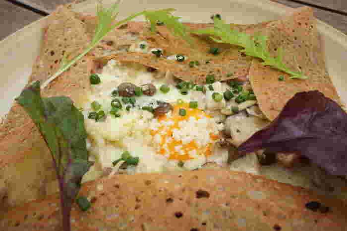 ベーコンと一緒にソテーされたキノコと卵を包んだ「キノコベーコン」は、黄身を崩しながらいただくと、まろやかな味が口いっぱいに広がります。