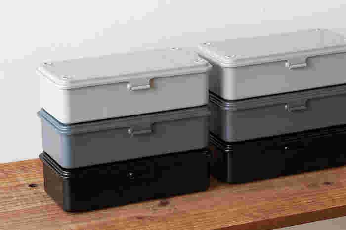 落ち着いた色合いに、スタッキングして収納できる機能性が魅力。頑丈に作られているから、収納ボックスとして長く愛用できそうです。