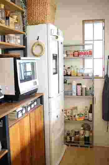 冷蔵庫の横などに余りがちなあの隙間…。上手く活用した収納ができたら、今よりもっと使いやすいキッチンになるかもしれません♪