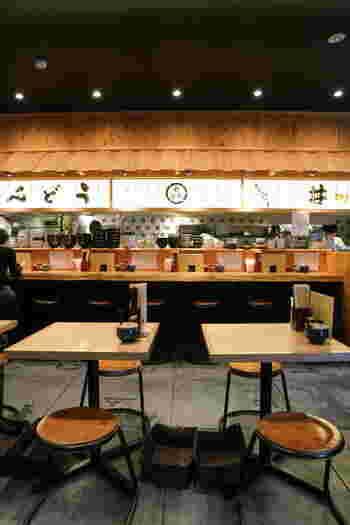 カウンター席とテーブル席がある店内は、すっきりとしてシンプル。 カウンターに屋根が付いているのが面白いですね。