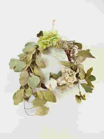 アジサイもドライフラワーに。生花とはまた違った繊細な印象を与えてくれます。  ドライさせたユーカリを使ってリースにするのも素敵ですね。きっちり円にさせずにあえて崩すとお洒落感がアップします。
