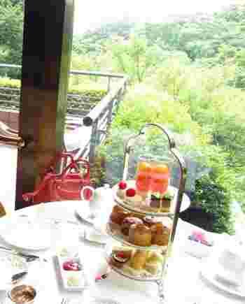 「ホテル椿山荘東京」の広大な庭園風景を一望することのできる3階のロビーラウンジ「ル・ジャルダン」。本格的な英国スタイルのアフタヌーンティーを楽しむことができます。
