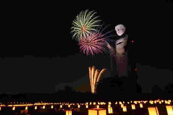 8月に開催される「万燈会(まんとうえ)」ではたくさんのの灯ろうを吊し、灯明をともします。花火も打ちあがり、夏の夜を鮮やかに照らしてくれます。