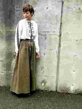 スカート派さんは、オリーブカラーのロングスカートはいかがでしょうか?刺繍ブラウスをinすれば足長効果も。トップスもボトムもシルエットがきれいに出ていますね。