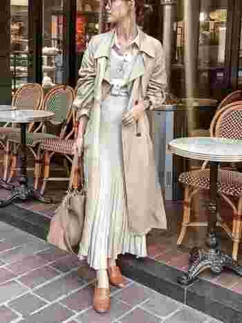どんな着こなしとも相性の良いトレンチコートですが、カトリーヌ・ドヌーブ風に着こなすなら、スカートと合わせた甘すぎないガーリーなコーデで。プリーツスカートも彼女のお気に入りのアイテムで、上品な印象に仕上げてくれます。