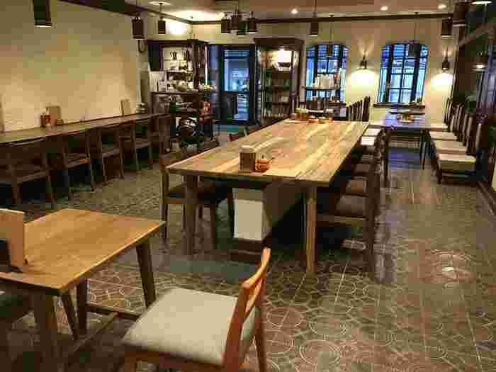 1977年に、先々代が営んでいた銭湯を純喫茶に改装した店内は、レトロな雰囲気が漂います。