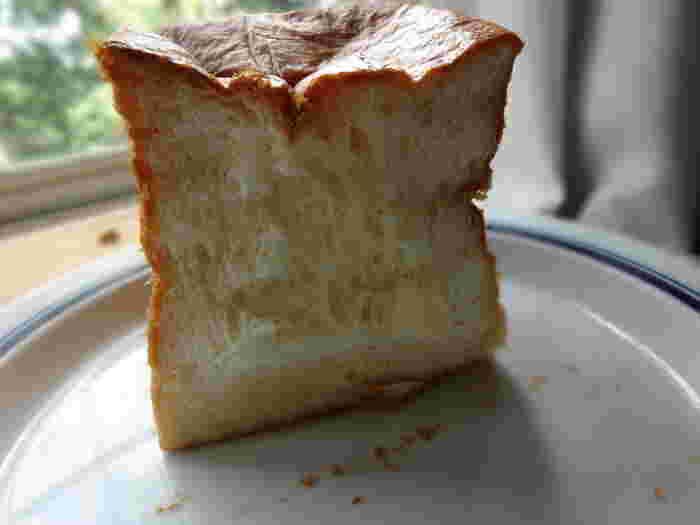 看板メニューはふわふわの食パン「ムー」。 コロッとしたサイコロ上の形が食欲をそそりますよね。 パン自体がバターの香りで甘いので、焼かずにそのまま食べても美味しいと評判。  「パンとエスプレッソと」に来たら、ぜひ購入したい一品です。