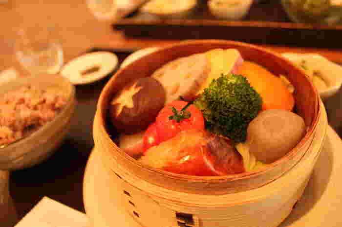 例えばビタミンカラーの野菜を蒸せば、たっぷり野菜が取れてヘルシーなランチに。 こちらは、神戸市にあるカフェ【あげは】さんの【野菜のせいろ蒸し】ランチ。