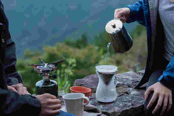 自然の中で飲むコーヒーは、普段よりも一段とおいしく感じますよね。アウトドアでコーヒーを飲む方法にはさまざまな種類がありますので、自分好みの楽しみ方を見つけてみてください。