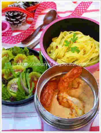 海老クリームソースを調理して、スープジャーに保温。食べるときにパスタと混ぜます。パスタは、オイルをからめておくと固まりにくくなります。あつあつ贅沢なイタリアンランチを、お弁当でいかがですか?