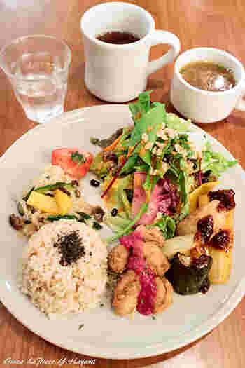 オーガニック野菜がふんだんに使われた「季節のマクロビデリ玄米プレート」は、こだわり野菜やハーブ・スパイスを使ったデリが3品選べます。たとえば「キヌアとケールのサラダ」や「お麩のカツレツ」など、訪れるたびに新しい味が楽しめるのも良いですね。