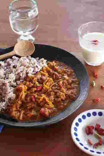スパイスたっぷり!和の素材を取り入れたカレーは身体に優しい味わいです。白いご飯は勿論ですが、雑穀ご飯を合わせると一層美味しく頂けます!