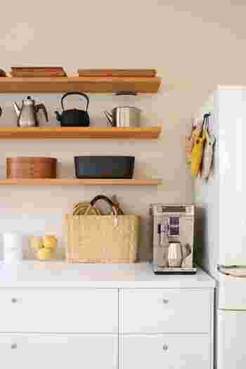 リビングやキッチン、ホールなど、場所を問わず「見せる収納」として活躍するのがウォールシェルフ。食器類や雑貨、グリーンなど、比較的小さめなものを置くのに向いています。色合いや形、高さなどを揃えるとリズム感ある壁面に。