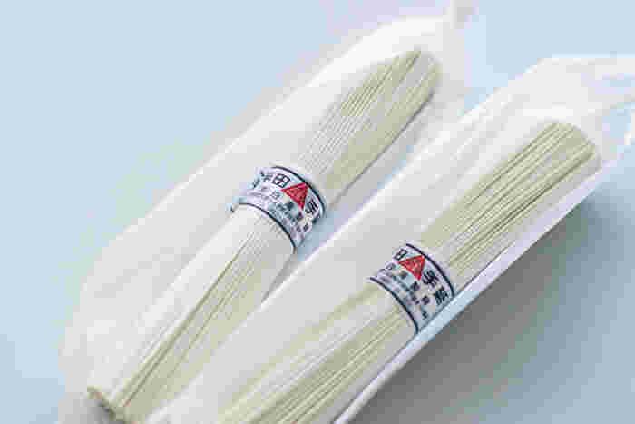 """使用しているのは、徳島県の名産品である""""半田そうめん""""。一般的なそうめんよりも太めで、生パスタのようなモチモチの食感が特徴です。"""