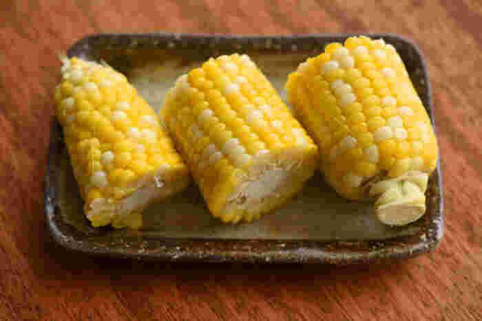 北海道在住の筆者が、夏が来るたび役立てているのがこちらのレシピです。とうもろこしは、茹でずに時間が立つほど甘味と風味が失われてしまいます。これならお湯をわかす手間がいらない上に、水気と塩味をちょうどよく含ませることができるので、ふっくら甘味の際立つ味に仕上がります。