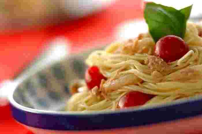 サラダでも大活躍のツナは冷製パスタにもピッタリ!アンチョビ入りのソースとツナ&ホタテの風味がベストマッチ。休日のおうちランチにもどうぞ。