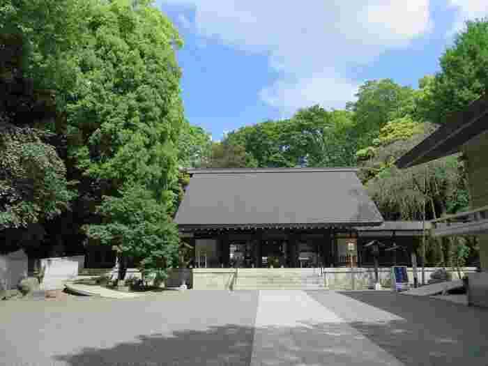 乃木神社は、明治時代に活躍しながらも殉死した軍人である乃木希典が祀られています。乃木神社は東京以外にも、京都や山口、香川など全国に複数あります。都会にありながら静かで綺麗な神社であり、神聖な空気が流れる神社で、結婚式なども行われています。