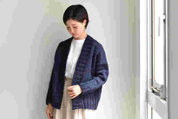 シンプルな編み地に極太の糸で、ざくざく編めるカーディガン。オフショルダーのゆるっとしたシルエットが、装いを程よくカジュアルダウンしてくれます。