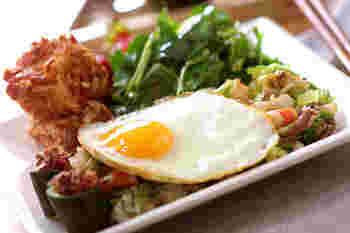 たまには中華が食べたい…そんな時にはチャーハンプレートはいかがでしょう。 ショウガの風味をきかせたチャーハンには半熟卵をのせ、崩しながら召し上がれ!チャーハンに添えるおかずは、柿の種をまぶした豆腐の衣上げ。香ばしさがたまらない一品に!サラダや箸休めにぴったりなおかか梅キュウリも盛り付けて、ボリューム満点大満足のプレートです。