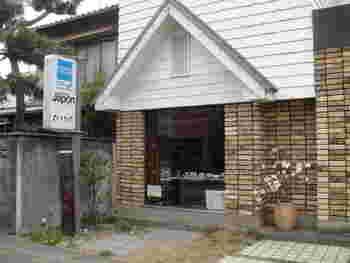 店構えはレトロな可愛い洋食屋さんのようです。分かりにくいので、調べてから行きましょう。