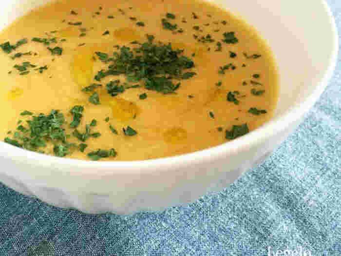 炒めた野菜、牛乳、きなこをミキサーにかけ、なめらかに仕上げたポタージュスープです。素材の栄養がたっぷり摂れるのがうれしいですね。
