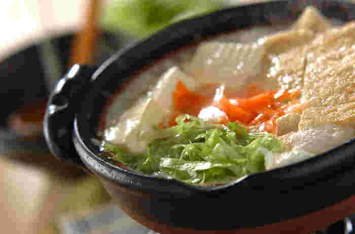 湯豆腐と言えば「豆腐のみ」という方もいると思いますが、大根やレタスなどサッと火を通せる野菜を入れたものもGOOD。 もちろん、お揚げも忘れずに入れてくださいね♪