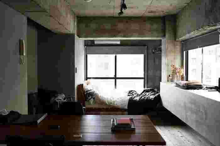 コンクリートの打ちっ放しがクールでスタイリッシュな部屋には、どのようなテイストの家具や雑貨、ファブリックが合うでしょうか。  部屋に統一感を持たせることにより、モノで雑然としがちな狭い部屋が広く、スッキリとした印象になります。