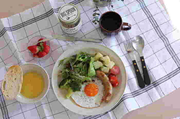 最初から一汁三菜を用意しようとするのはとても大変です。はじめは、ワンボウルから始め、徐々にステップアップしていきましょう。作り置きで冷蔵庫におかずをいくつか用意しておけば、それらを組み合わせて献立を組み立てることもできますね。カット野菜や洗うだけで食べられるトマトなども活用して、見栄えのいい素敵なおうちごはんを演出してみてくださいね♪