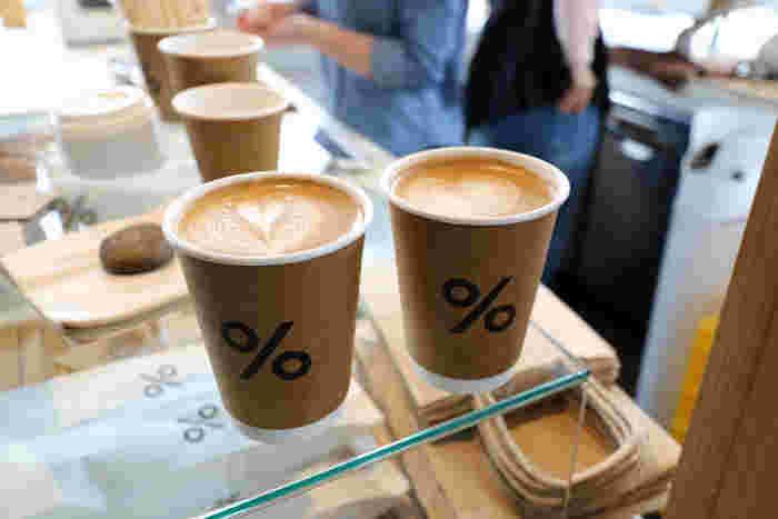 嵐山でコーヒーをいただくなら、ぜひ訪れたいのが人気カフェの「アラビカ京都」。桂川沿いにある白い外観が目印。こちらの人気はなんといってもラテ。ラテアート世界チャンピオンがいるこのお店で、香り豊かなコーヒーのアロマとクリーミーな味わいを楽しんでみては?