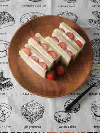 食パンなどで生クリームをサンドするフルーツサンドは、水切りヨーグルトをつかってちょっぴりヘルシーなサンドイッチに。ヨーグルトとイチゴがどちらもさっぱりおいしい一品です♪
