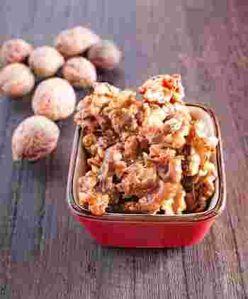 ローストしたくるみに、塩気のあるキャラメルソースを絡めたおやつ。カリッと香ばしい食感と、ほんのりシナモンがアクセント。他のナッツでもぜひ試してみてください。