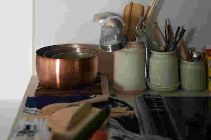 取っ手がないから重ねて収納できるのもうれしいですね。取っ手付きの鍋とは比べ物にならないくらい小さいスペースに収納することができます。収納場所が限られた小さいキッチンにぴったりなお鍋です。