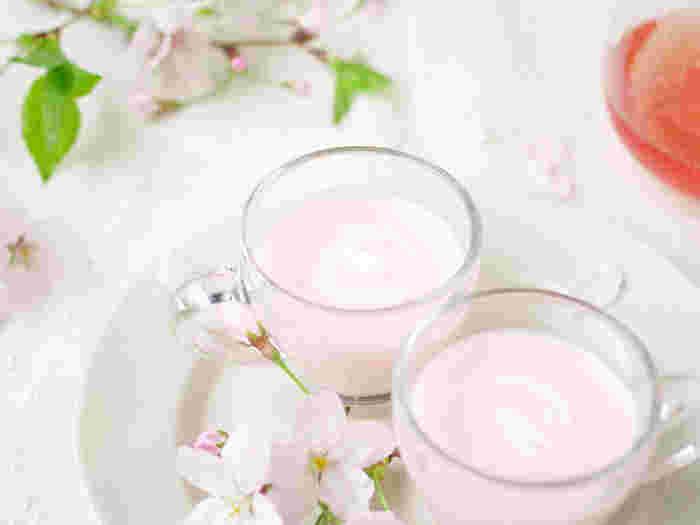 花見の季節に食べたい、ほんのりとした桜色が綺麗ですよね。桜色はビーツで色付けしてあり、味にはほとんど影響がないのでビーツがなければビーツなしで作ってもOK。レンジでチンした後に冷蔵庫で冷やすだけの簡単レシピです。