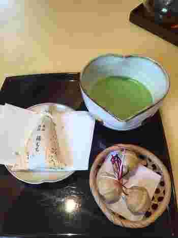 湯もちをはじめ、「ちもと」で販売されている和菓子とお茶のセットが人気。湯もちはしっとりなめらかなお餅の中に、柚子と羊羹が入った上品なお菓子です。箱根八里の馬子衆の鈴をかたどった最中「八里」などの銘菓もおすすめです。