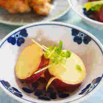 前日(9/1)のレシピで使ったレモンの残りとさつまいもの煮物です。まだまだ残暑も残っている9月頭、レモンでさっぱりと秋の味覚を頂きましょう。レンジで作ることが出来る、とっても手軽なレシピです♪忙しい時のもう一品な時に最適ですよ。