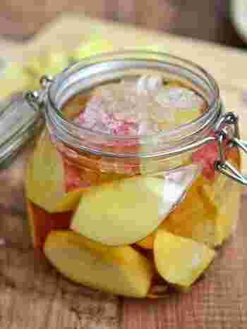 基本のリンゴ酢にハチミツを加えると、コクのある甘さに。ドレッシングや料理にも使える、万能の作り置きビネガーです。