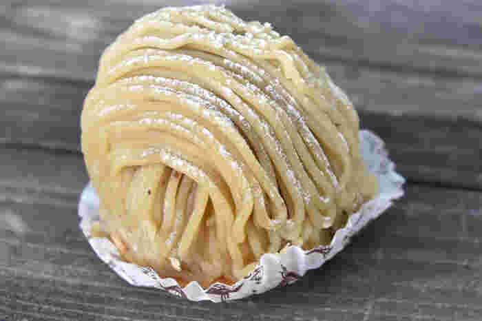 桜井甘精堂のオリジナルケーキを扱う直営店の「栗の木テラス」では、長年愛され続けるモンブランが食べられます。栗の味わいを引き出す、伝統の栗ペーストづくり。栗の風味を生かす為の、主張しすぎない良質の原料・素材。栗菓子屋がつくるモンブランは、ケーキ好きの方よりも、栗好きの方のための、栗そのものを楽しめるモンブランとなっています。