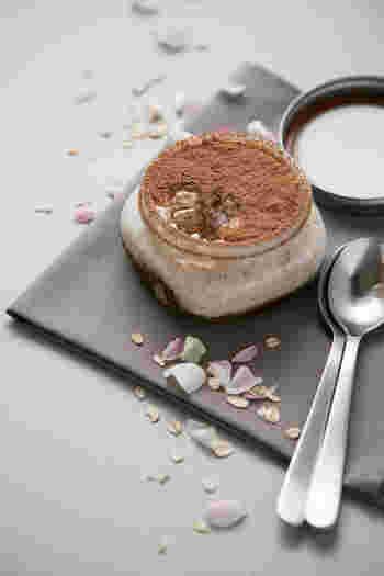 オーツ麦(燕麦)をシリアル状に潰して食べやすく加工したオートミールを、牛乳や豆乳に一晩浸して食べる、食物繊維たっぷりの「オーバーナイト・オートミール」。ダイエット中の作り置きおやつにいかがですか?