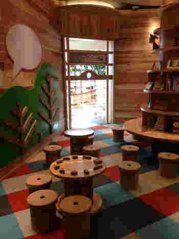 地元で採れる天竜杉の間伐材を利用した知育玩具の広場「プレイグランド082」 子供も大人も楽しめる癒しの空間となっています。